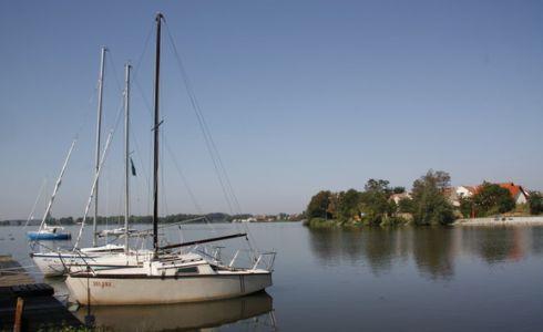 mit Booten auf den romantischen Wasserwegen, zum Baden in den einladenden Teichen...