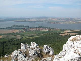 Pohled z Pálavy na Novomlýnské nádrže a obce Dolní Věstonice a Strachotín