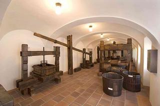 Valtice – expozice vinařských lisů v Národním zemědělském muzeu Valtice